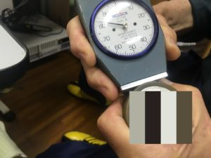ウレタンゴムの硬度を測定する。 - ウレタンゴム加工